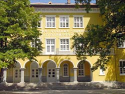 Училище-паметник